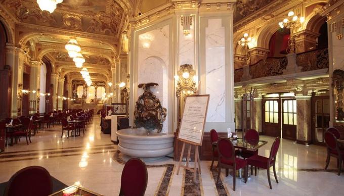 Khách xếp hàng dài chờ vào quán cà phê đẹp nhất thế giới